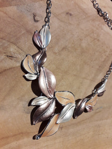 Short Leaf Garden Necklace Peach