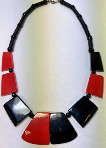 NECKLACE - 18L 1960's Lucite Black & Red