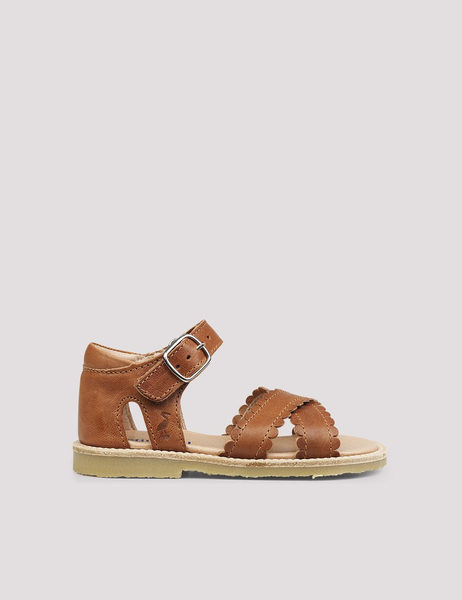 Cross-Over Scallop Sandal Cognac