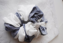 Load image into Gallery viewer, MIKROKLIMAT - Linen Scrunchie / Navy-White