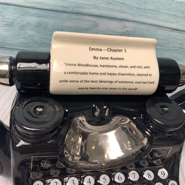 "Tetera de máquina de escribir exclusivamente hecha a mano - ""Emma Chapter 1"" - JaneAusten.co.uk"