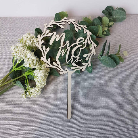 Mr & Mrs wreath wooden cake topper