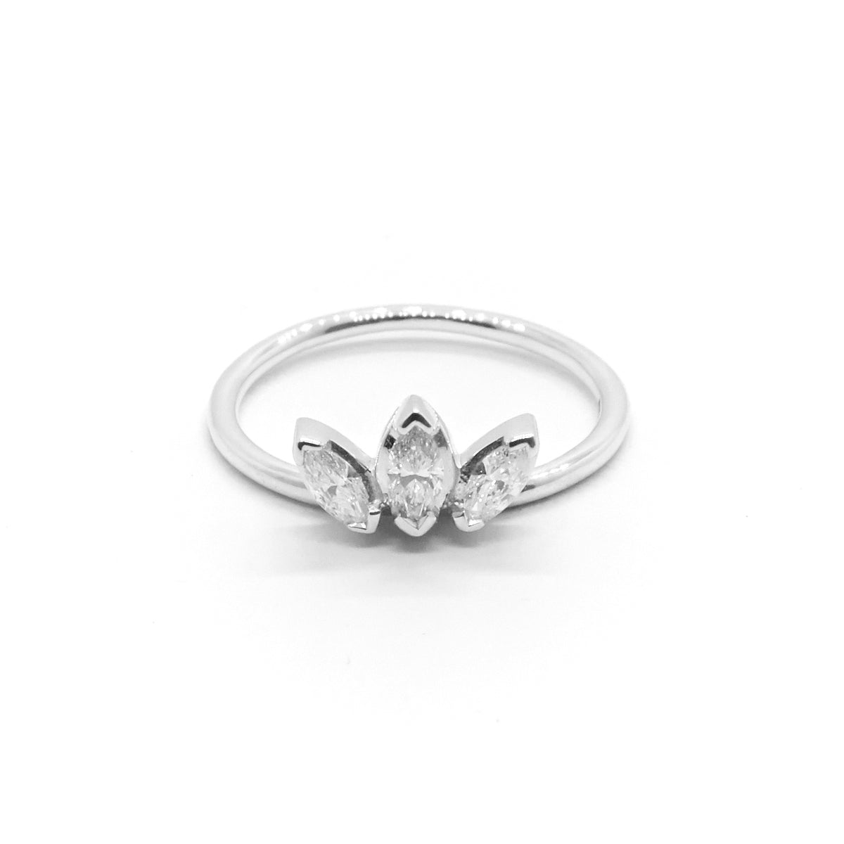 westmount exclusive ring diamond montreal stone three daisy products antique platinum quebec