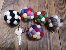 Laden Sie das Bild in den Galerie-Viewer, Felt Pom Pom Keyrings