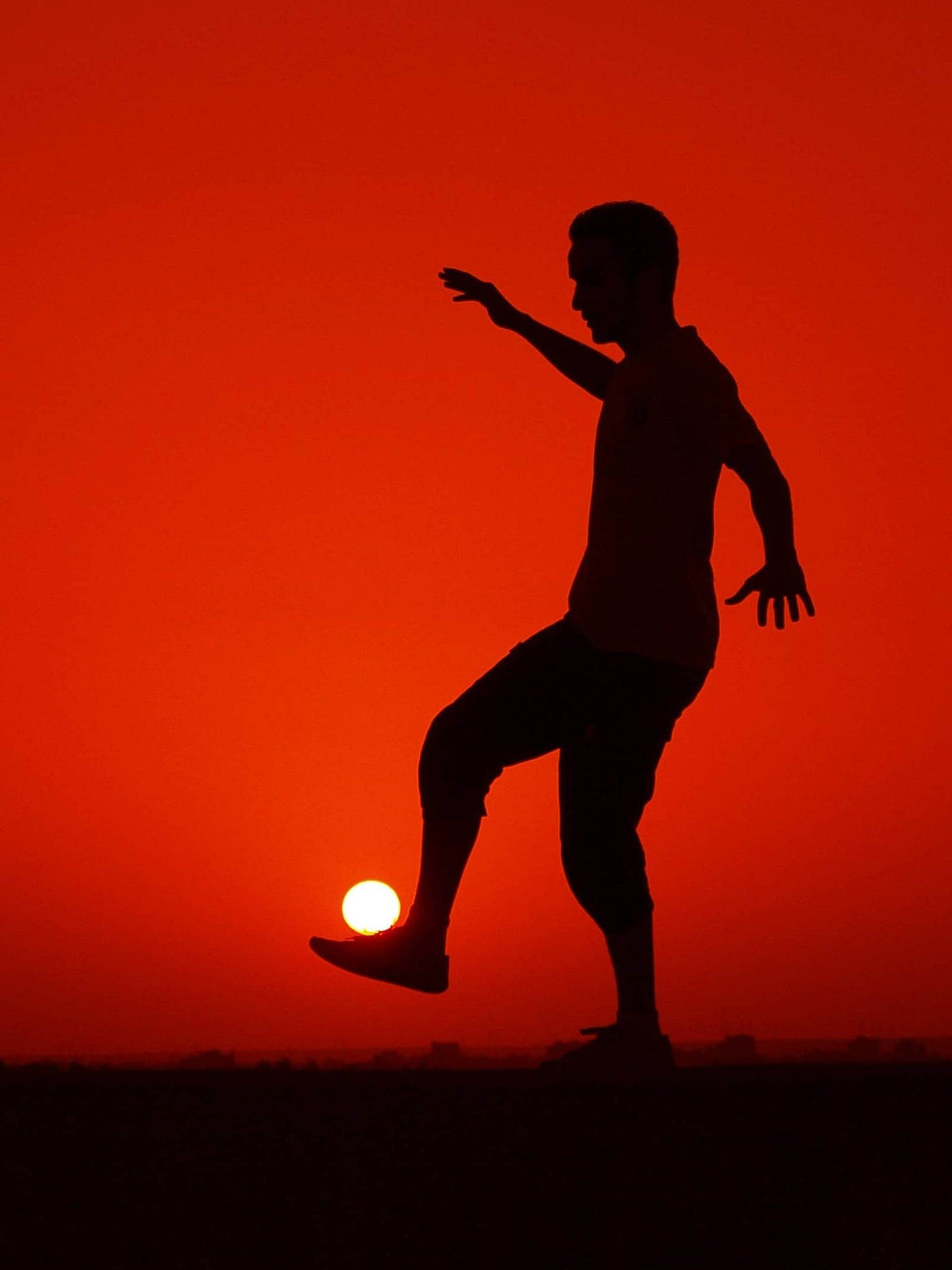 Best Forced Perspective Photography Examples for Photographers — Balance Sun — Sunny 16