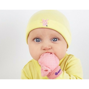 anti scratch teething mittens for newborns from gummee in use