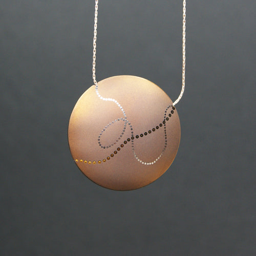 Meander round necklace in gold