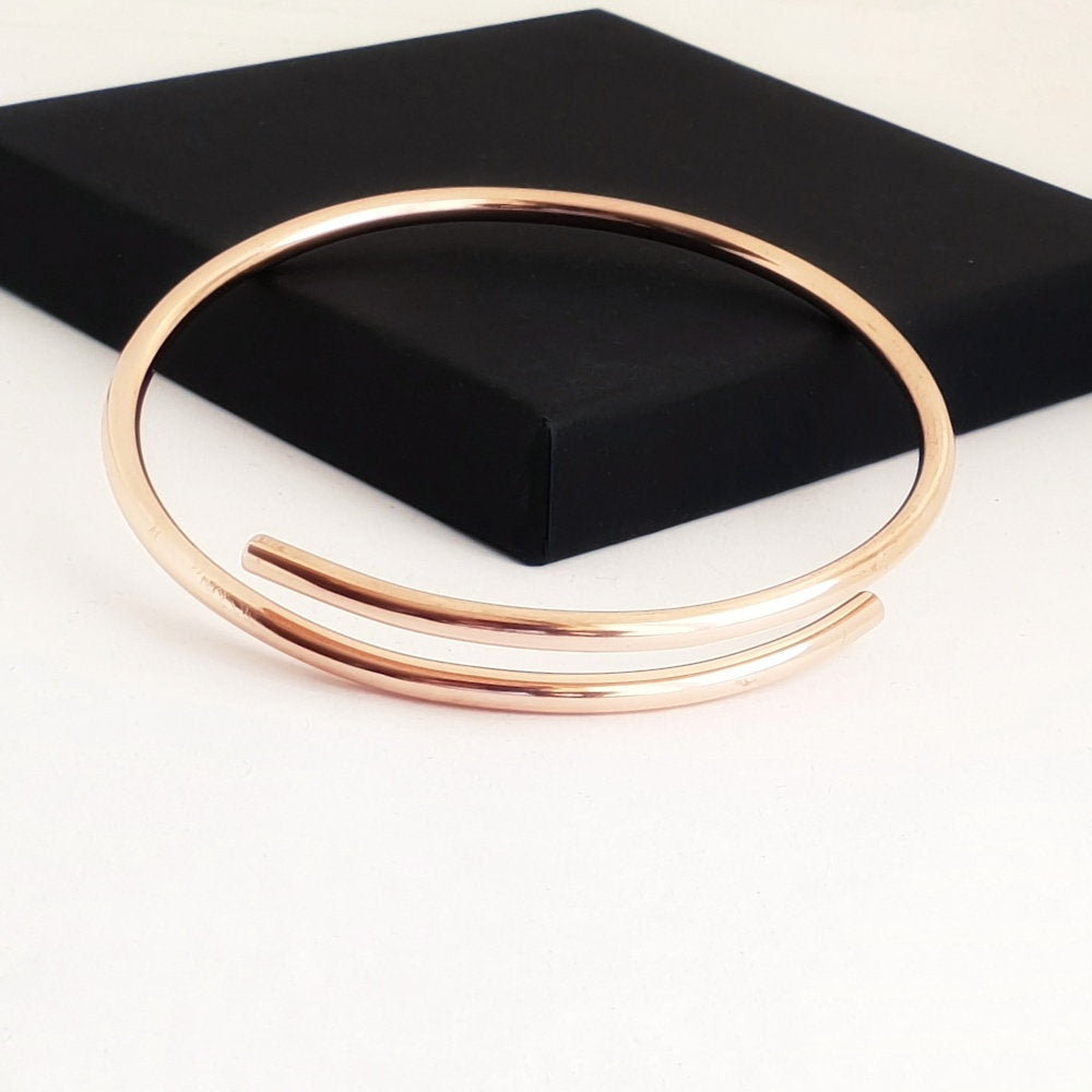 Adjustable copper bangle with an overlap