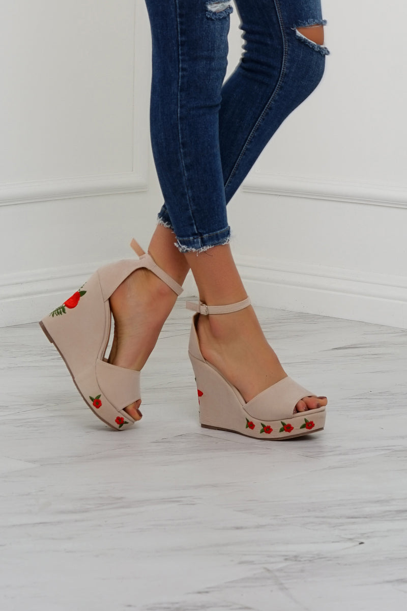 Smell The Roses Wedges - Nude