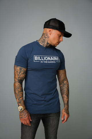 model draagt navy billionaire t-shirt