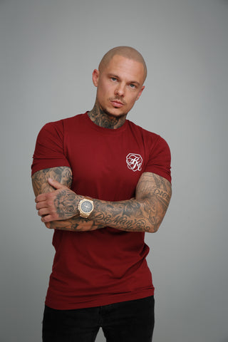 model draagt Kingsmen bordeaux Tshirt