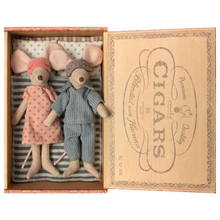 Load image into Gallery viewer, Maileg mom and dad mice in cigar box