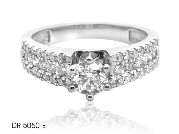 Stunning Diamond Engagement Ring In 18k Gold