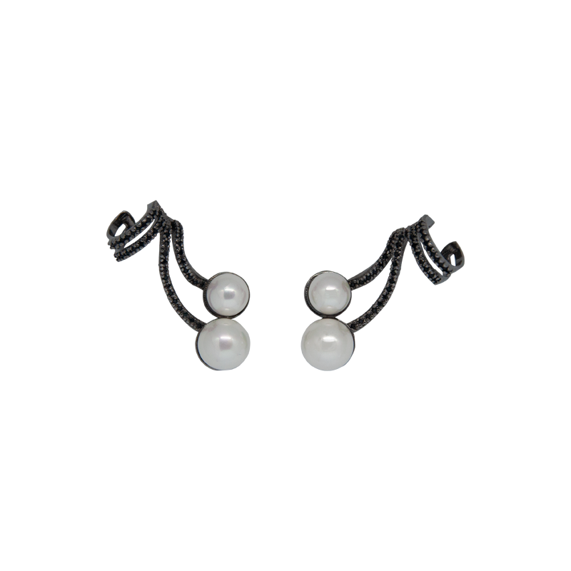 Black rhodium-plated studs with two faux pearls and black cubic zirconias all along, finishing with an ear cuff. Anchoring: traditional screw (push back).