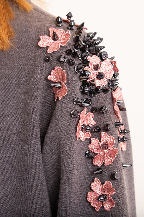 Sweatshirt with flowers and rivets