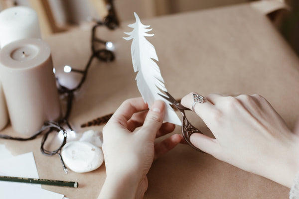 DIY: Feather garland & Gift decor by @gulyaevam