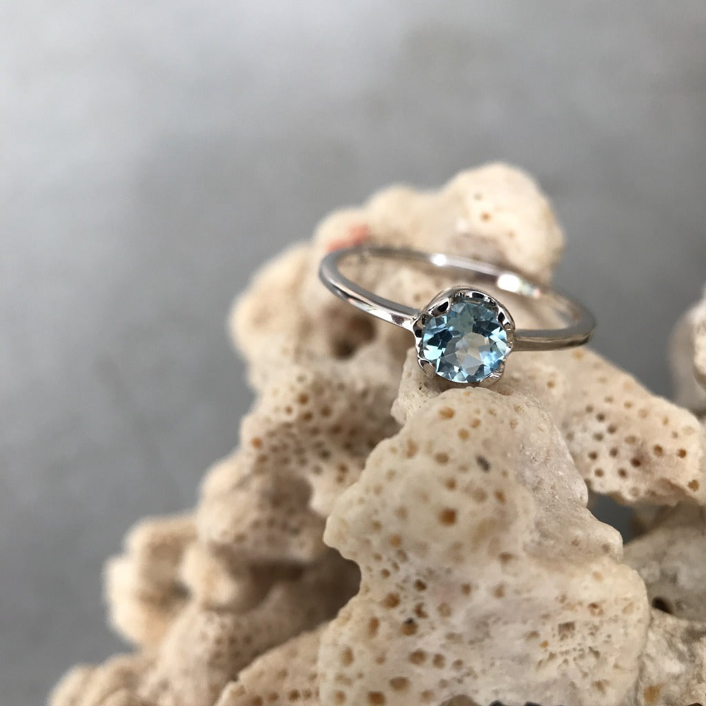 Round cut Aquamarine and white gold ring