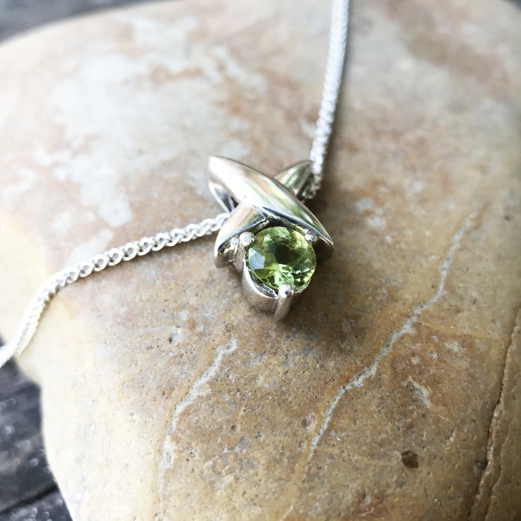 White Gold Four Pointed Star Pendant with Round cut Peridot