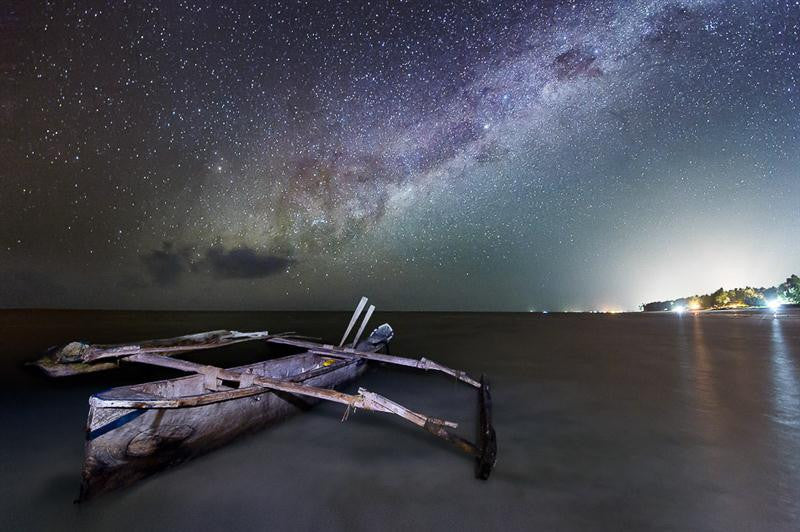 Long exposure photography of the Milkyway with a boat in the foreground