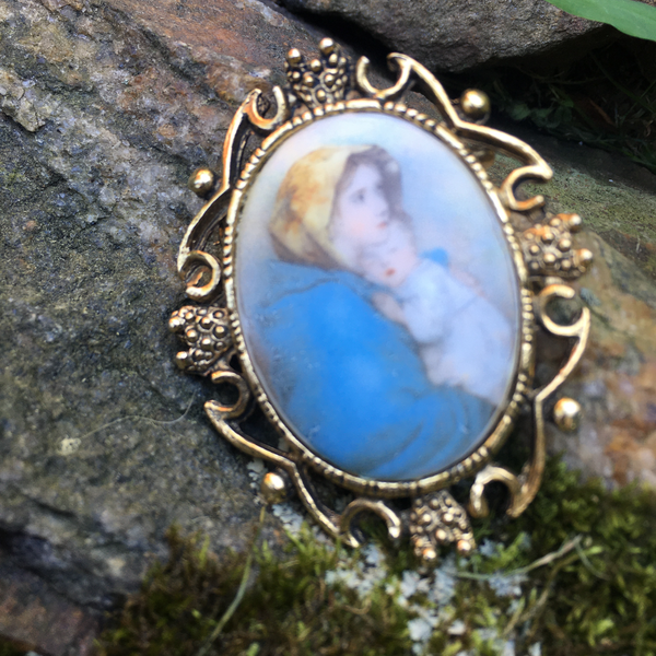 S139 - Mother with Child Brooch in Goldtone
