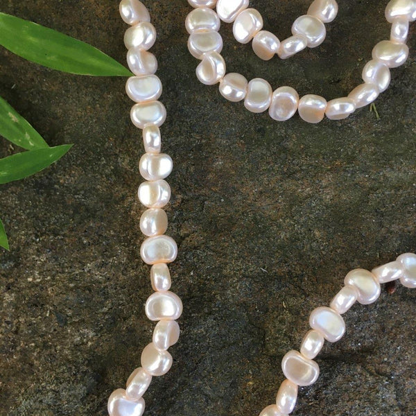 P124 - Poil/Pearls: Flat Moon Necklace