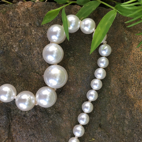 Poil/Pearls: Single Strand Graduated Necklace