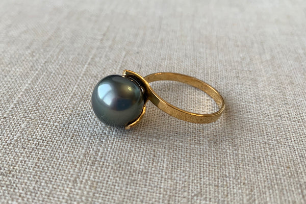 Black Tahitian Pearl Solitaire Ring in 14K Yellow Gold - Size 8 US