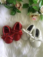 Load image into Gallery viewer, Girls Bow Front Pre- Walker Shoes