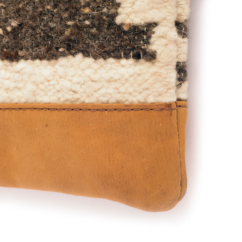 Handmade natural wool and leather pouch bag Zaculeu detail