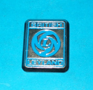 BRITISH LEYLAND CAST BADGE BLUE ON SILVER FRONT GUARD MGB 1972 > - INCLUDES DELIVERY