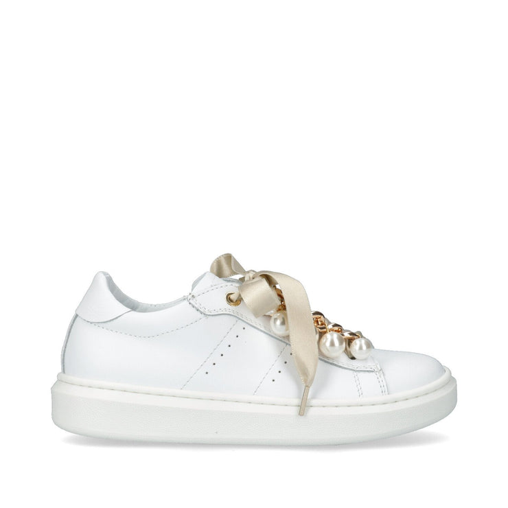 Sneakers in pelle con lacci e accessori