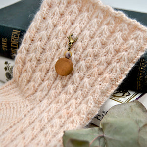 Natural mookaite and wood stitch marker - Repère tricot en mookaite naturelle et bois