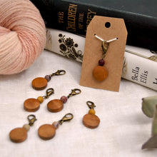 Load image into Gallery viewer, Natural mookaite and wood stitch marker - Repère tricot en mookaite naturelle et bois
