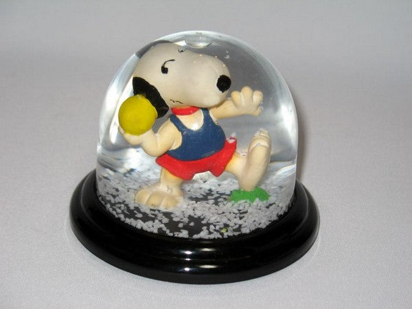 Snoopy Shotput Snow Globe