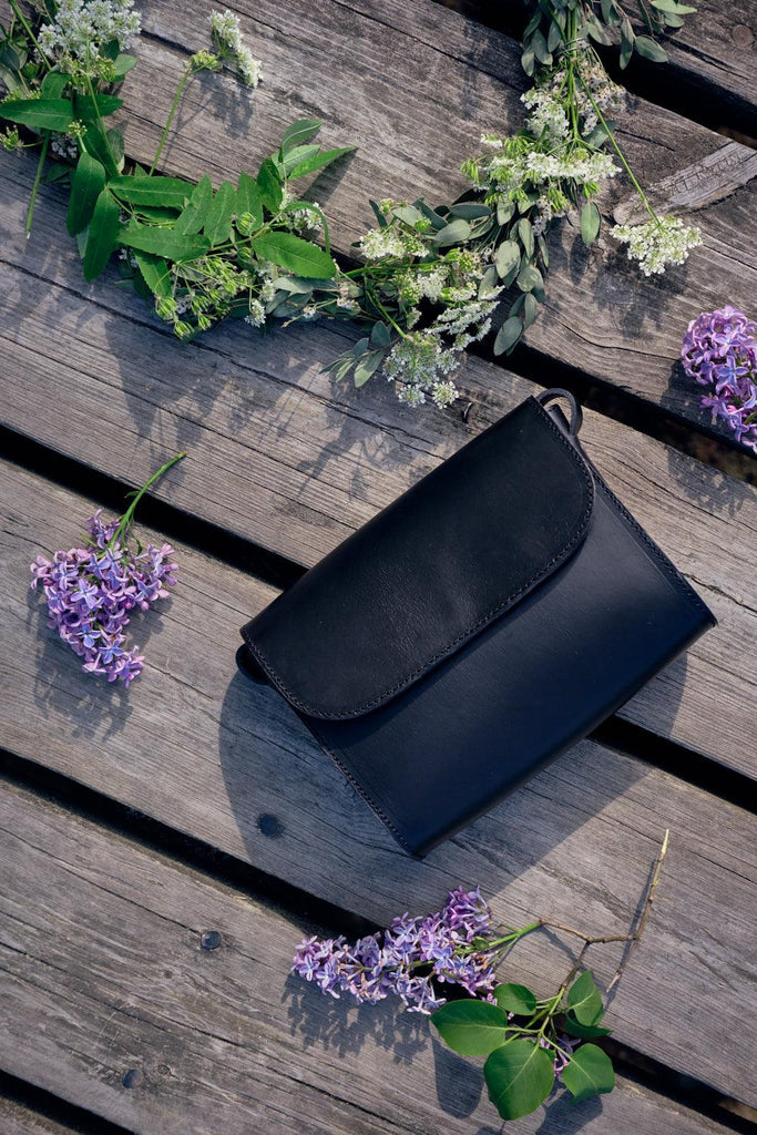 ELVI cross body bag in black - MOIMOI accessories