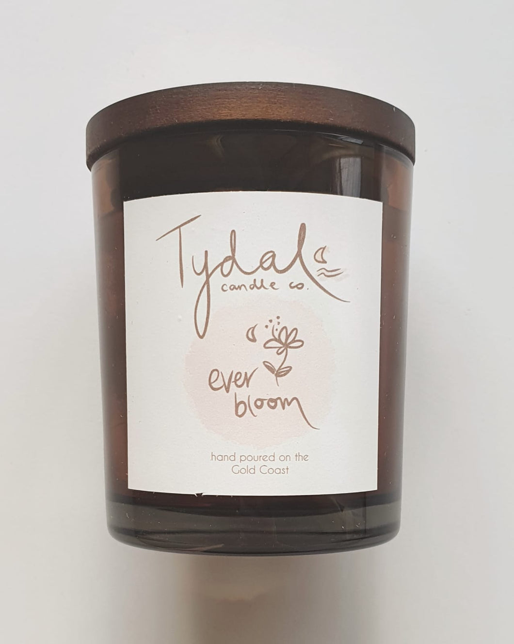 A sweet & fruity floral aroma. Wild jasmine, peony, pink apple and pomegranate with hints of vanilla bean and honeydew. A Tydal candle co. blend that was inspired by rolling fields of wildflowers. A beautiful blend that smells like a fresh bunch of flowers. Burning time approx 48 hrs
