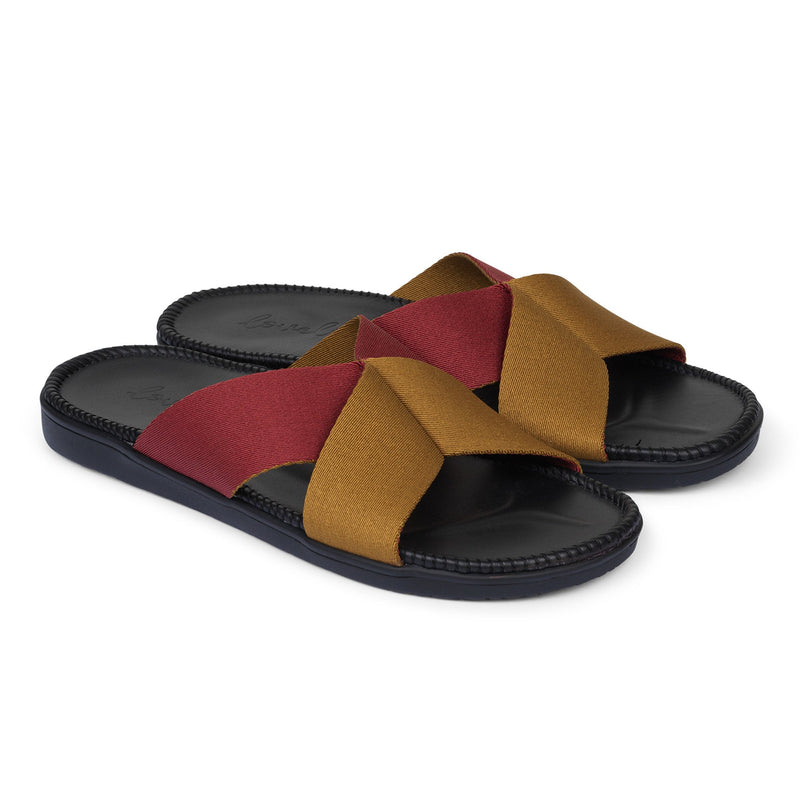 Sandal with 2 color straps. The comfortable inner sole is covered with soft black leather.