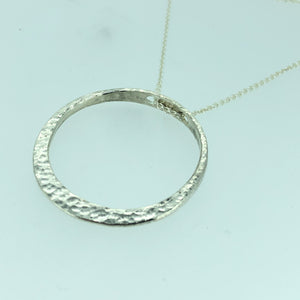Hammered single circle necklace