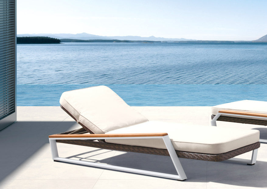 Attirant Teakman Outdoor Sun Chair + Side Table