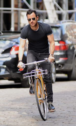 El actor Justin Theroux montando en bici por las calles de Nueva York CORDON PRESS