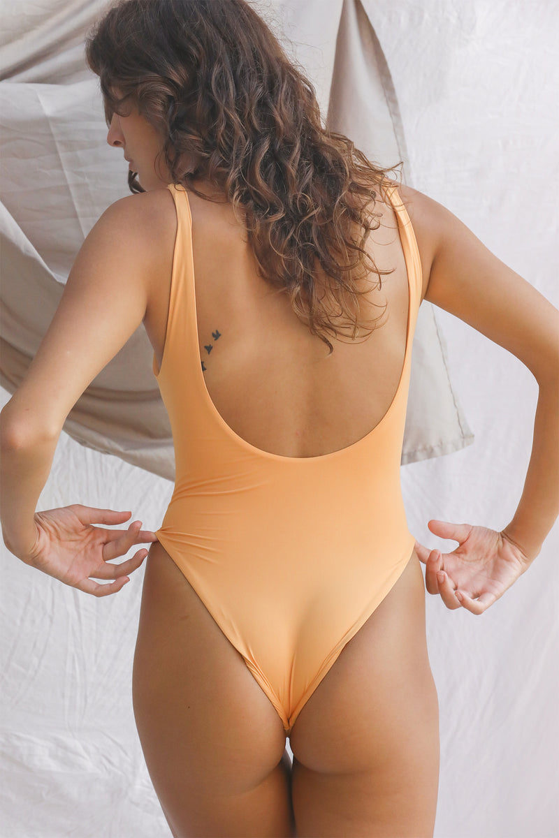 Signature Scoop One Piece (Gold Earth)