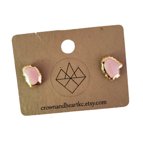 CROWN AND HEART KC | GOLD RIMMED AGATE STUD EARRINGS