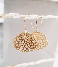 Load image into Gallery viewer, Lotus flower earring