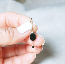 Load image into Gallery viewer, Onyx dangle gold earring