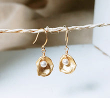 Load image into Gallery viewer, Oyster shell white pearl earring
