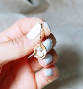 Oyster shell white pearl earring