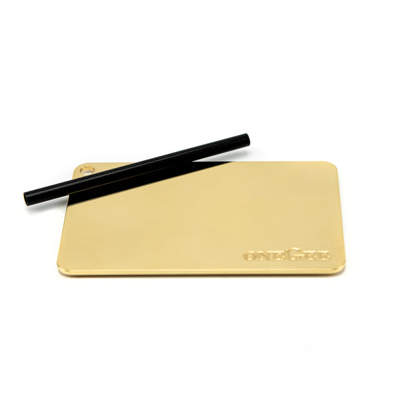 Pipe Set 24C Gold Snuff Accessoires Perfect for use at home. Clean and antibacterial coating and easy to clean after use. Also perfect as a personal companion in your wallet. Size of a credit card 2 mm thick 4 carbon pipes included 24k Gold coated aluminum body with antibacterial surface   What's in the Box Each packaging unit is carefully checked for quality and sealed before delivery. oneGee stands for the highest quality at medical level.Each delivery takes place in neutral packaging. The product is