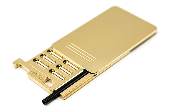 Secure Box 24C Gold Snuff Accessoires Classified by customers as the best Snuff Box with the highest quality standard. Medical standards are targeted with special coatings. oneGee stands for discrete products and services to increase consumer safety. Size of a credit card 5.4mm thick 14 Slots with an integrated pipe Secure cover and slider 24k Gold coated aluminum body with antibacterial surface   Whats in the box Each packaging unit is carefully checked for quality and sealed before delivery. oneGee stand
