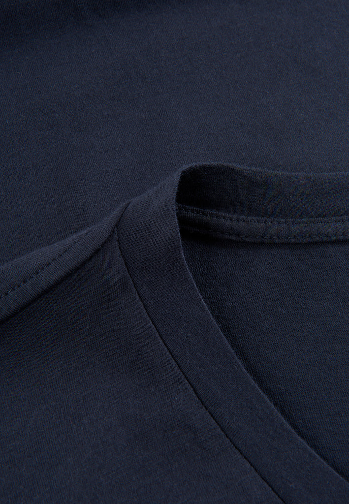 Navy| Detailansicht V-Neck T-Shirt von PHYNE in navy