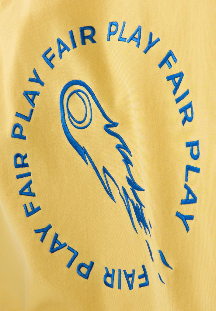 Detailbild der Stickerei des gelben Fair Play Hoodies